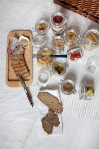 Inhalt eines Picknickkorbes